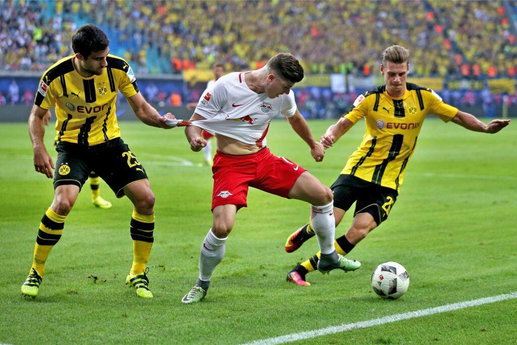 Bekamen die Leipziger nicht zu fassen: Sokratis (l.) und Lukasz Piszczek verloren mit dem BVB in Leipzig mit 0:1.
