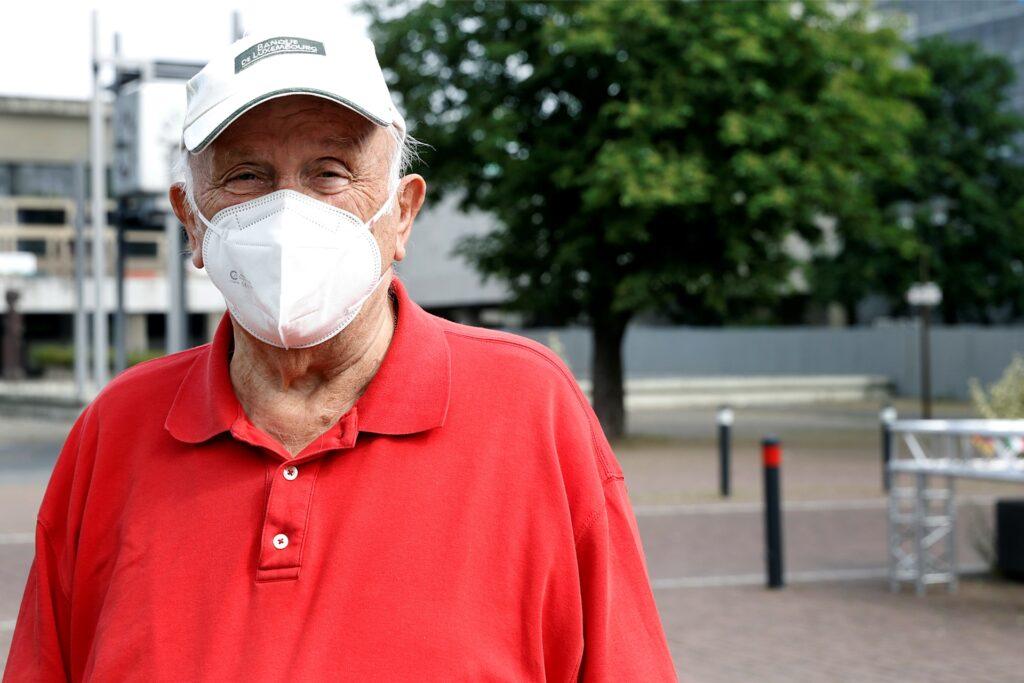 Bleibt vorsichtig und trägt weiter Maske: Hubert Drewe.