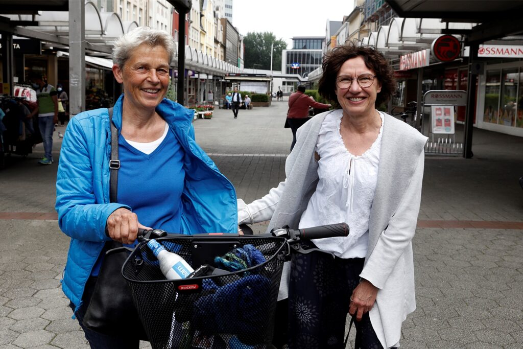 Plausch beim Einkauf in Hüls ohne Maske: Beate Elsner (l.) und Elisabeth Albers.