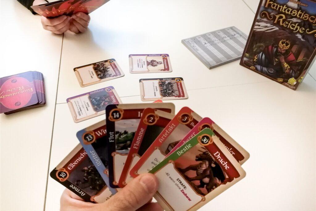 Beim Spiel «Fantastische Reiche» muss durch geschicktes Kombinieren von jeweils sieben Karten ein Königreich errichtet werden, das die meisten Punkte bringt.