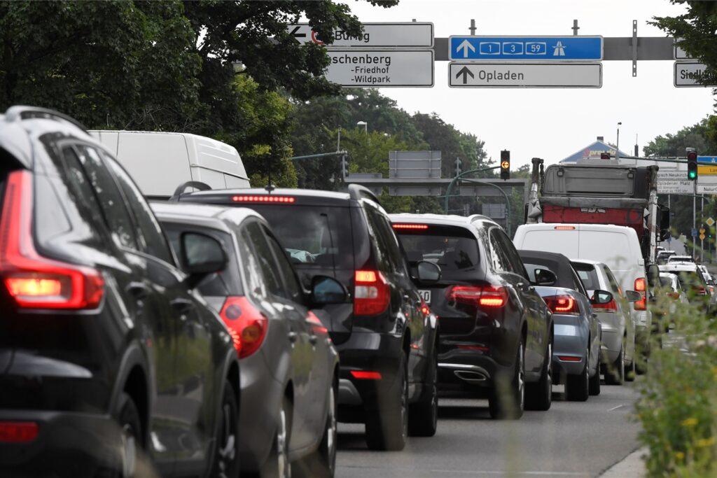 Der Verkehr staut sich nach einer Vollsperrung des Autobahnkreuzes Leverkusen auf Grund einer Explosion im Leverkusener Chempark. Durch die Sperrung brach der Verkehr auf den Nebenstrassen zusammen.