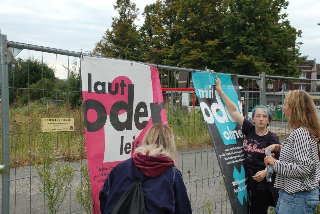 Ein Hingucker vor der künftigen Großbaustelle des Herten-Forums. Die Plakate der Wahl-Kampagne wurden auch am Bauzaun vor dem Gymnasium befestigt.